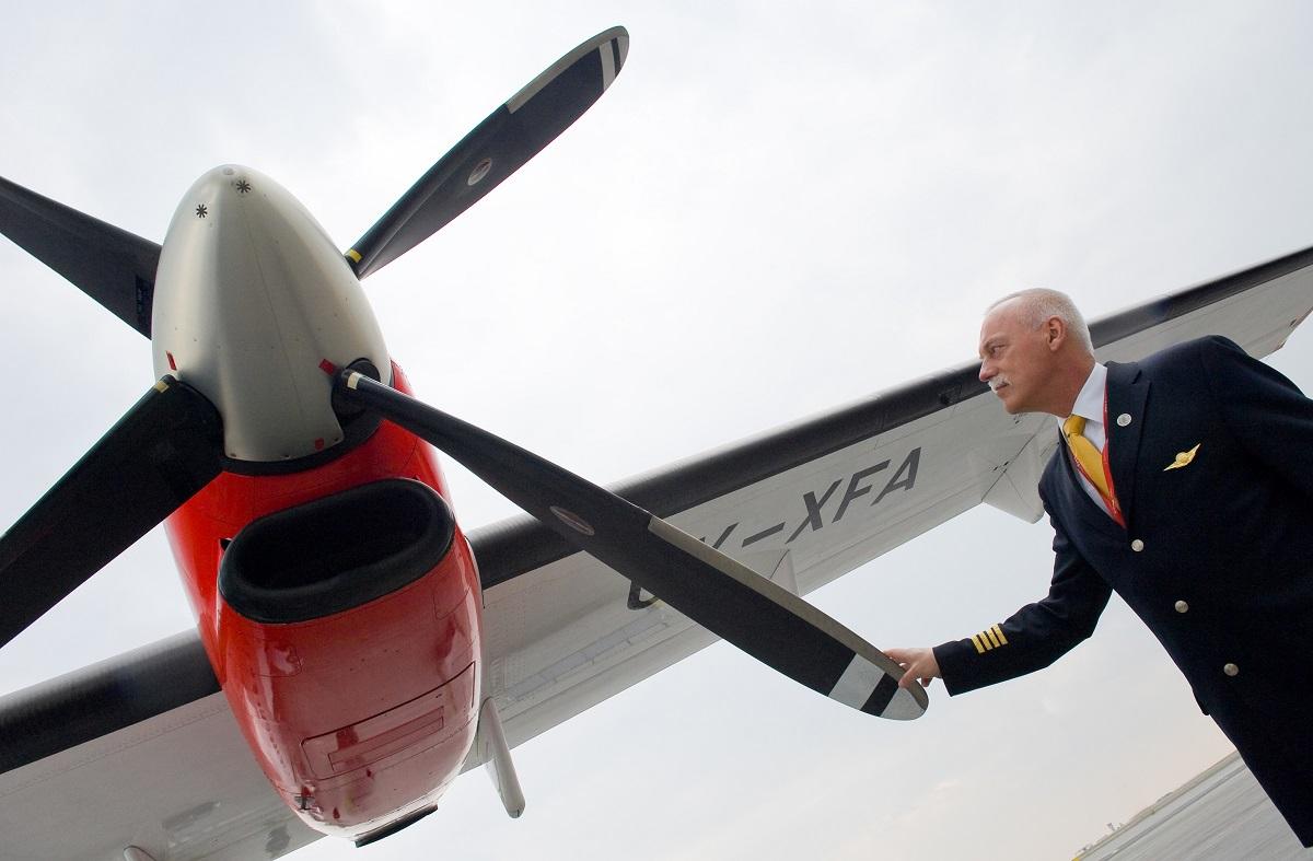 Letadlo ATR72 OK-XFA v novém laku s novým logem na letišti v Praze-Ruyzni; kapitán provádí pøedletovou kontrolu